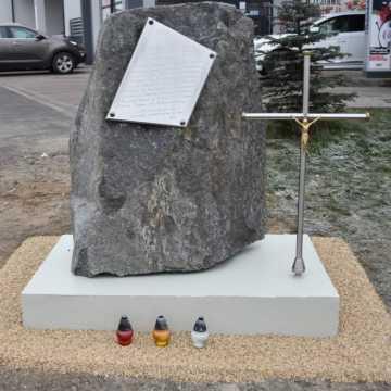 Kamieńsk: Obelisk upamiętniający ofiary wypadku z 2001 roku został przeniesiony w inne miejsce