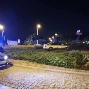 """Kierowca """"zaparkował"""" na rondzie przy ul. Targowej w Radomsku. Szuka go policja"""
