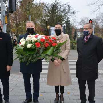 Kwiaty w Święto Niepodległości od władz Powiatu Radomszczańskiego