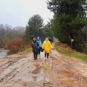 """Akcja """"Czysta rzeka"""": Zebrano 34 worki śmieci, oponę i … żeliwny grill"""