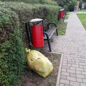 Podrzucone śmieci na skwerku rekreacyjnym przy ul. Grodzkiej